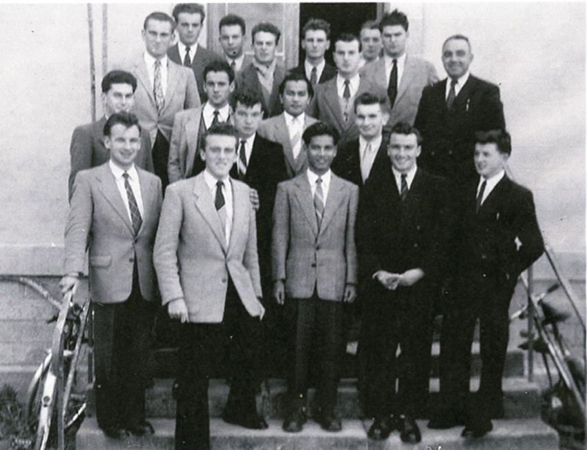 Promotion d'élèves-maîtres (1949-1953) accompagnée du directeur D. Courtin