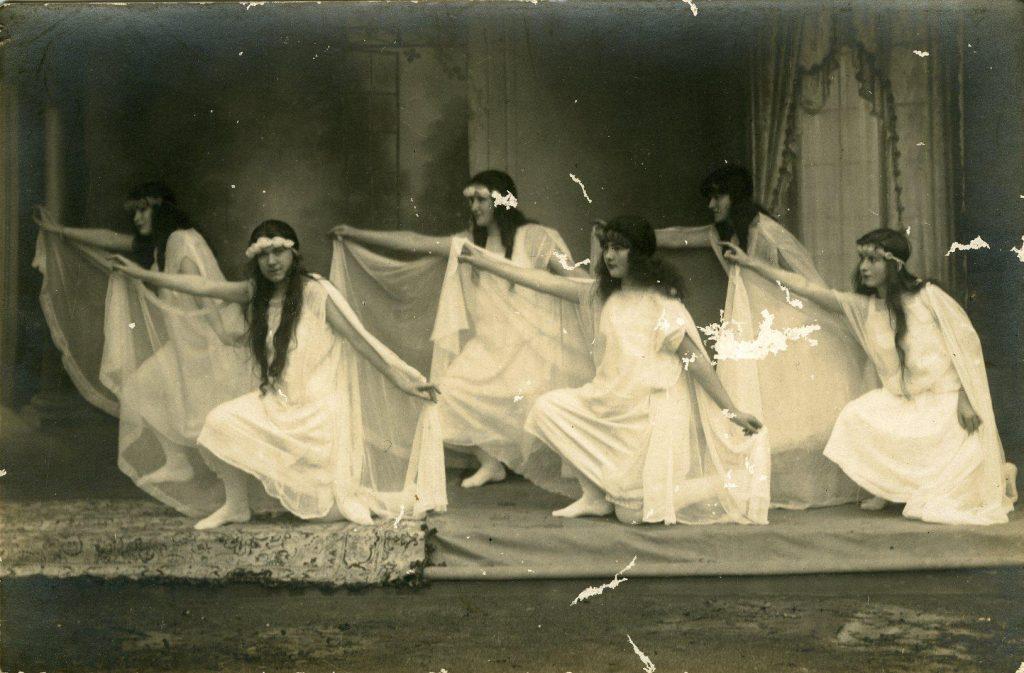 danseuses-normaliennes-a-diademe