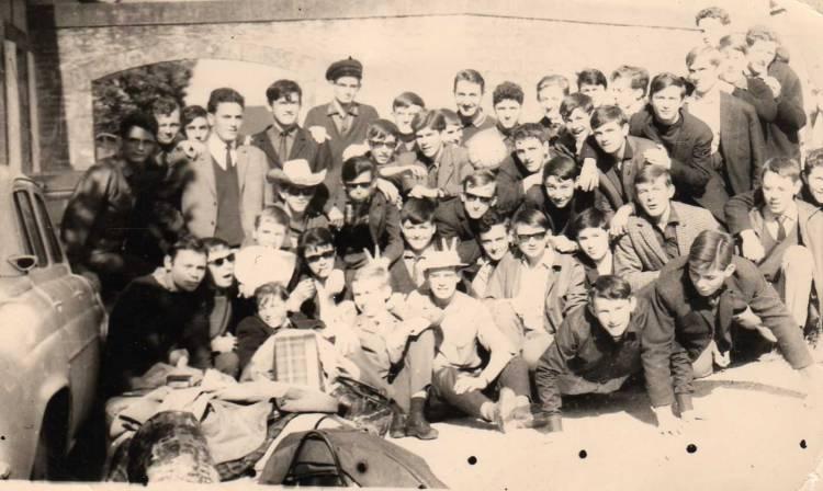 Départ de stage à Tréboul 1966 près conciergerie